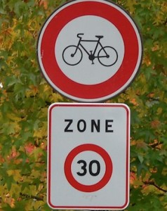 zone 30 mal comprise : interdiction aux vélos.