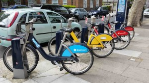 Blue, yellow and red Boris Bikes. Photo Chris McKenna, 1er mai 2015